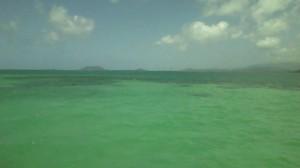 エメラルドグリーンの海。ビキニの姉は舳先で日光浴。